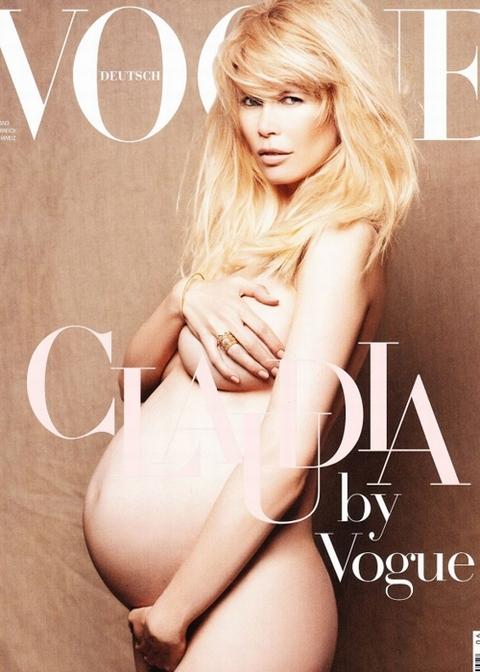 Siêu mẫu lừng danh người Đức Claudia Schiffer chụp ảnh nude táo bạo cho tạp chí Vogue Đức số tháng 6.
