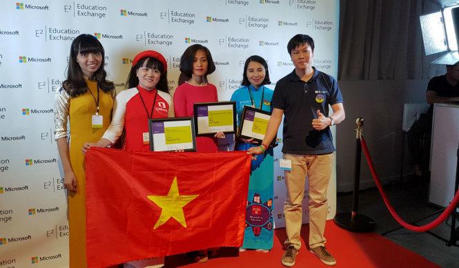 Cô Nguyễn Thị Liễu (đứng thứ 2, từ trài qua) – đạt Giải nhất Cá nhân Xuất sắc (The Best Microsoft Fellow) khi tham dự Diễn đàn Giáo dục toàn cầu do Microsoft tổ chức tại Toronto, Canada.