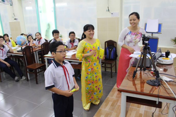 Học sinh đang tham gia kết nối trực tuyến với một lớp học ở quốc gia khác thông qua công nghệ của Microsoft.