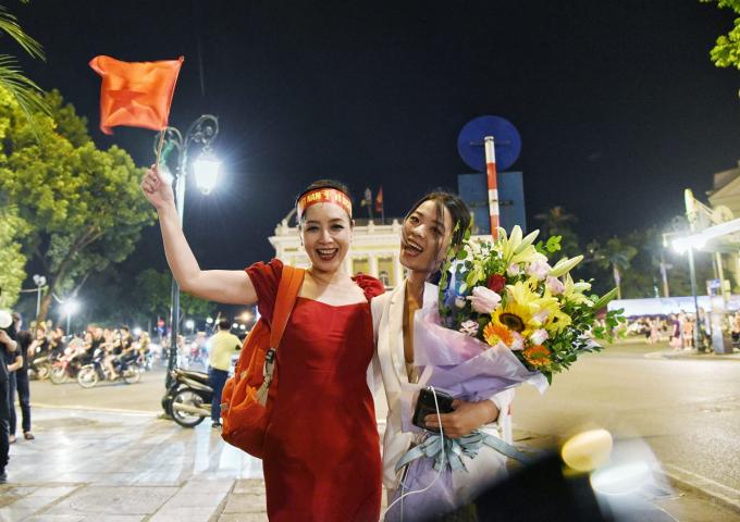 NSƯT Chiều Xuânvà con gái rạng rỡ rời Nhà Hát Lớn - Ảnh:Hải Nam,Việt Hùng.
