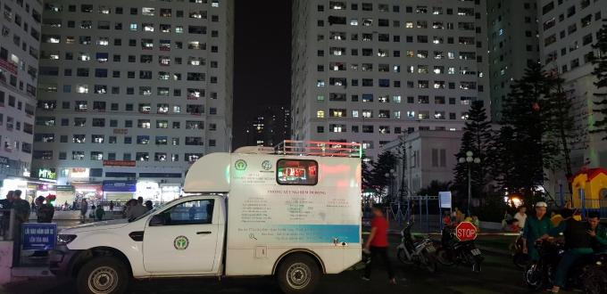 Xe xét nghiệm lưu động hoạt độngtại Chung cư HH1 Linh Đàm(ảnh:www.moh.gov.vn)