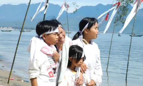 Bão Chanchu, cơn bão tang thương, cướp đi sinh mạng của 266 ngư dân miền Trung (ảnh T. Tuấn/ Tiền Phong)