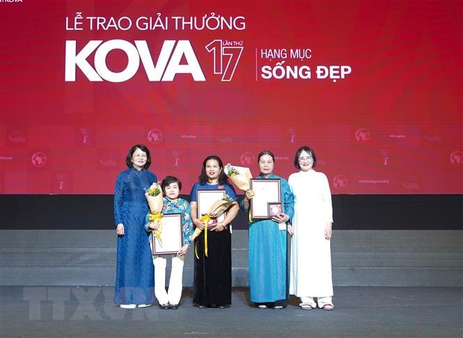 Phó Chủ tịch nước Đặng Thị Ngọc Thịnh (bìa trái) trao Giải thưởng KOVA cho cô Lê Thị Lan Anh và2 cá nhân khác ở hạng mục Sống đẹp. Nguồn: phunuvietnam.vn