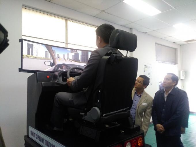 Ông Nguyễn Văn Huyện, Tổng cục trưởng Tổng cục Đường bộ VN trực tiếp đến tham quan và trải nghiệm mô hình thiết bị tập lái 3D. Nguồn: giaothonghanoi.kinhtedothi.vn