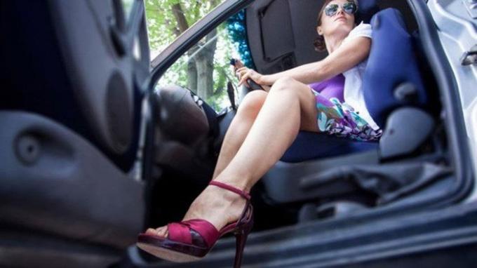 Phụ nữ mang giày cao gót khi lái xe ô tô sẽ gặp khó khăn hơn khi chuyển từ chân ga sang chân thắng. Nguồn: baomoi.com