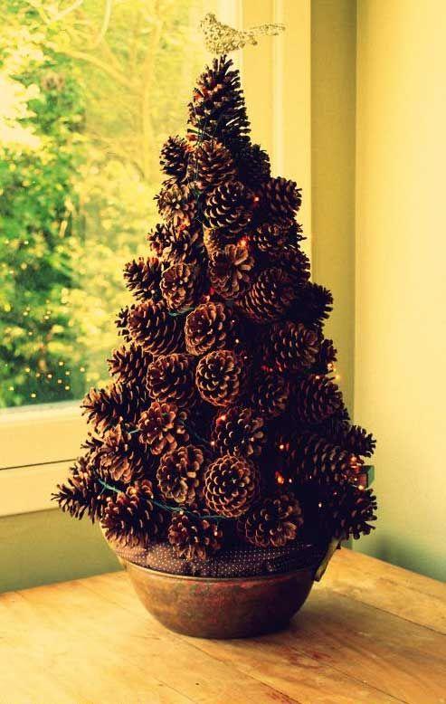 Làm cây Noel từ quả thông khô. Nguồn: Pinterest.com