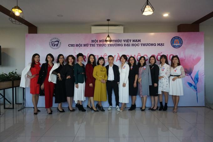 Hội viên Chi Hội nữ trí thức Trường ĐH Thương Mại chụp ảnh cùng Stylist sau phần trình diễn thời trang công sở. Ảnh: Phan Anh Thư