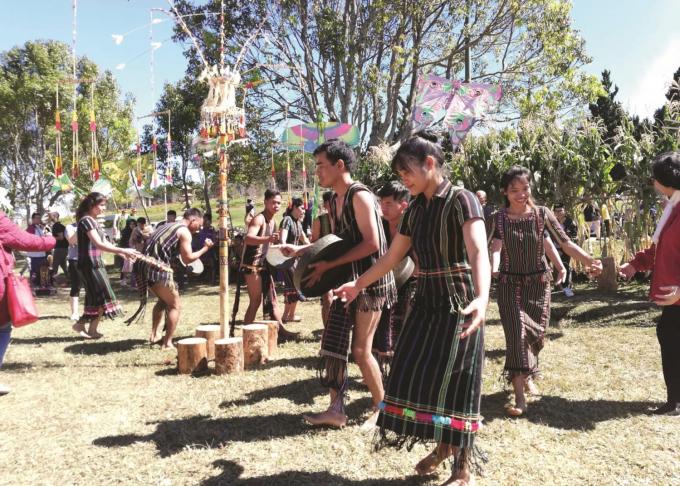 Các chàng trai, cô gái Tây Nguyên say sưa nhảy múa theo nhịp cồng chiêng bên cây nêu. Nguồn:baodantoc.vn