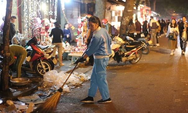 Sau mỗi dịp lễ hội như Giáng Sinh, Quốc Khánh, 30/4... là những đêm vất vả dọn dẹp của các công nhân môi trường. Nguồn: kenh14.vn