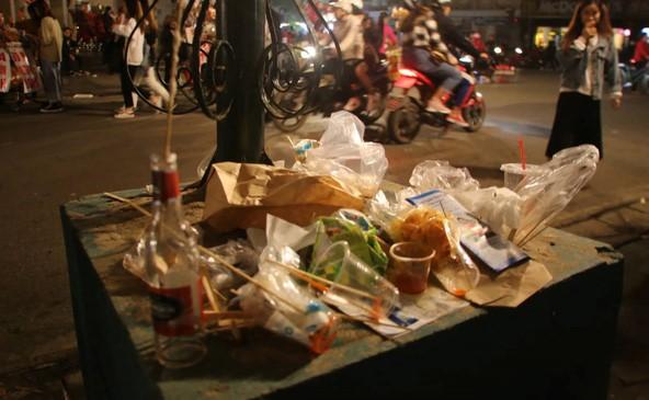 Những gốc cây, chân cột đèn cũng bị biến thành nơi xả rác của nhiều người vô ý. Nguồn: kenh14.vn