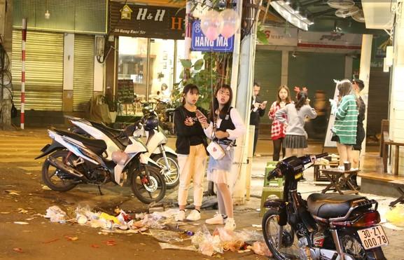 một đoạn trên phố hàng Mã với hàng loạt rác sau đêm Giáng Sinh. Nguồn: kenh 14.vn