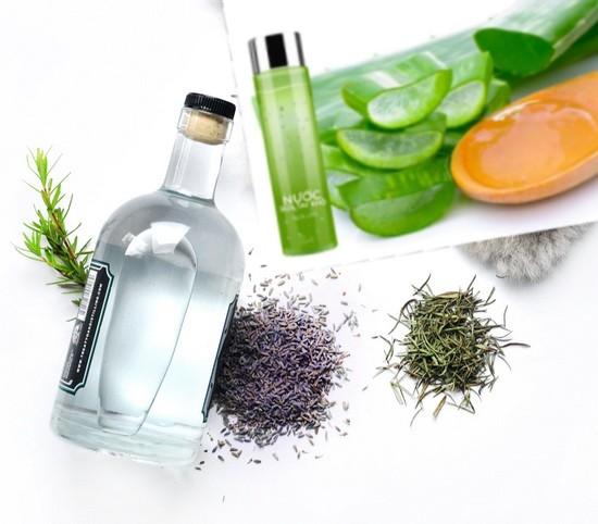 Tinh dầu cây trà cùng rượu vodka có khả năng tẩy sạch bụi bẩn và vi khuẩn trên tay