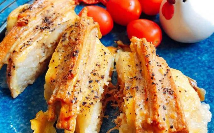 Bánh chưng nướngchấm thêm với nước tương hoặc nước mắm củ kiệu sẽ ngon hơn rất nhiều. Nguồn: cooky.vn
