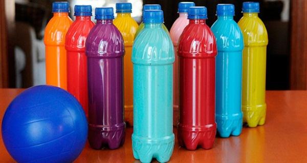 Tận dụng những vỏ chai nhựa để làm bowling cho bé. Nguồn: mnbacbien.longbien.edu.vn