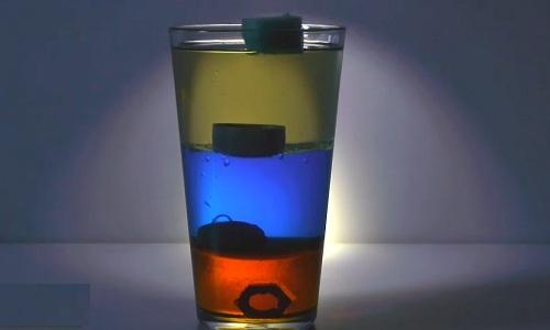 Ba lớp chất lỏng xếp chồng lên nhau mà không bị hòa tan. Nguồn: vnexpress.net