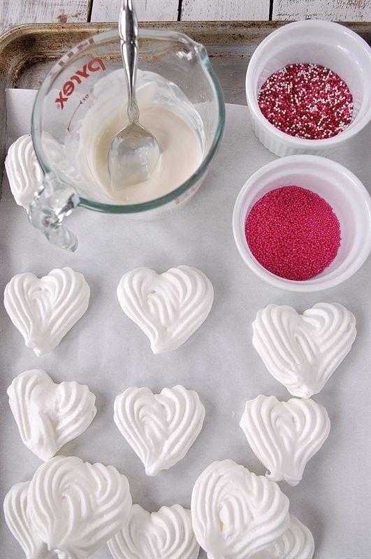Nhẹ nhàng nhúngmột nửa trái tim vào sô cô latrắng tan chảy vàrắc hạtkẹo đường.Nguồn:yourhomebasedmom.com