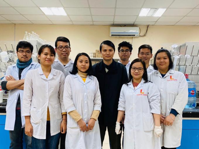 TS. Lê Quang Hòa và nhóm nghiên cứu sinh phẩm RT-LAMP. Ảnh: nhóm nghiên cứu cung cấp