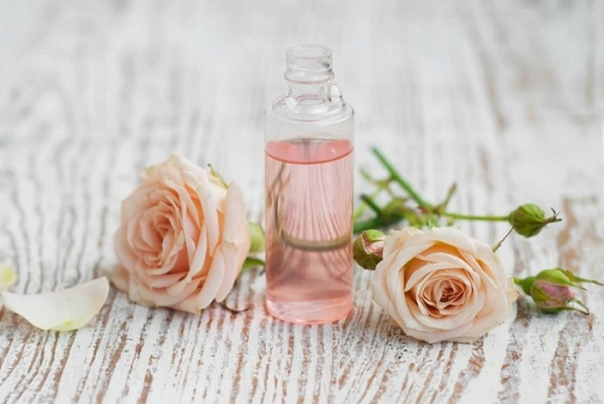 Những người có da khô nên chọn mua loại toner không cồn, được chiết xuất từ nguyên liệu thiên nhiên có tác dụng dưỡng ẩm nhẹ nhàng như hoa hồng...