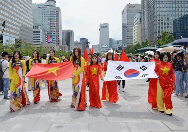 Trình diễn áo dài tại Lễ hội Văn hóa Việt Nam tại Hàn Quốc lần thứ 9 ngày 1/9/2019