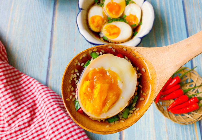 Trứng lòng đào ngâm nước tương làmónquen thuộc nhất ở nhiều nước châu Á, trong đó nổi tiếng nhất là các công thức trứng luộc dầm nước tương kiểu Hàn Quốc, Nhật Bản. Nguồn: