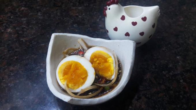 Trung bình, cứ 6 trứng ngâm sốt nước tương chỉ chứa từ 171 đến 187 kcal. Do đó, kể cả đang trong quá trình ăn kiêng, đây cũng có thể là một lựa chọn tuyệt vời cho bạn. Nguồn: Facebooker Nhu Y Tran