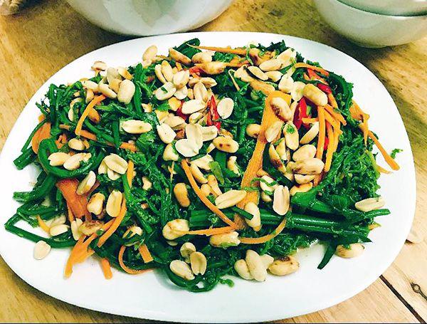 Mónnộm rau dớnkhi ăn sẽ cảm nhận được mùi thơm đặc trưng của các loại rau, vị bùi củarau dớn tươi, vị chua ngọt xen lẫn một chút vị cay của ớt.