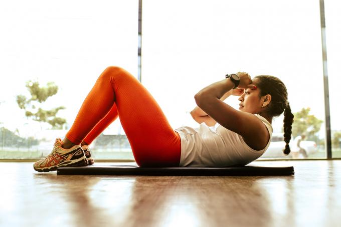 Động tác gập bụng đơn giản giúp giảm mỡ hiệu quả. Ảnh: Unsplash.