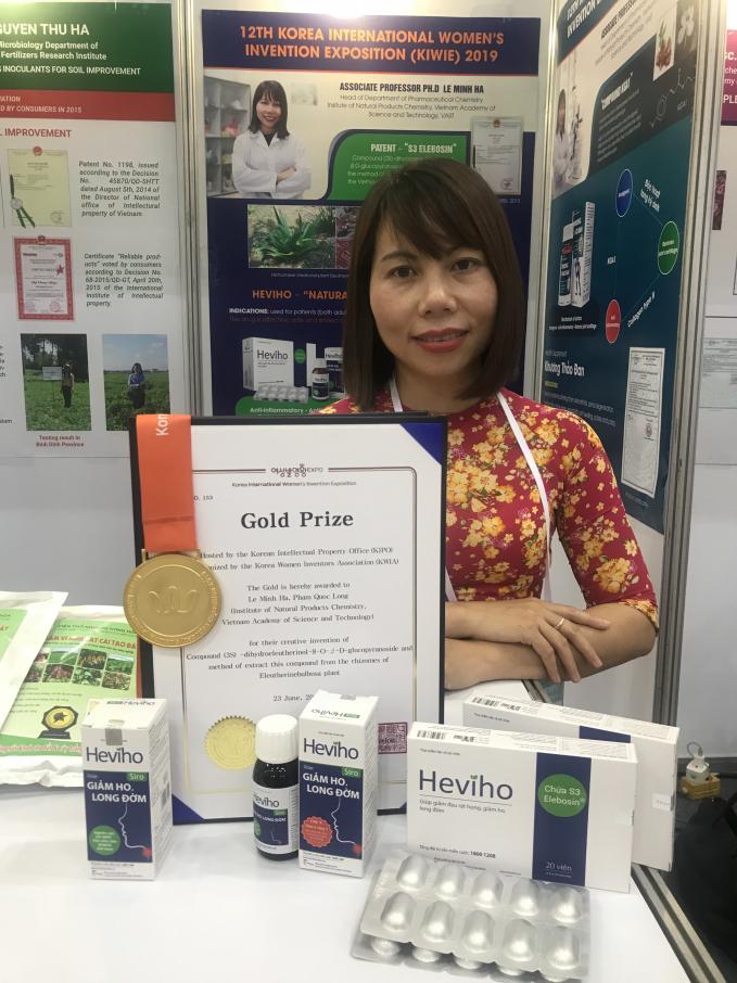 PGS.TS Lê Minh Hà và sản phẩm thuốc ho tại Triển lãmQuốc tế về Sáng chế của phụ nữ, tổ chức tại Seoul, Hàn Quốc vào tháng 6 năm 2019.