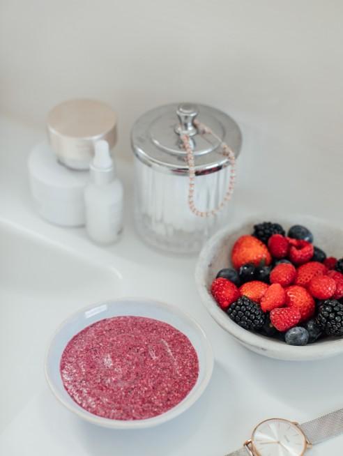 Nghiền tất cả các loại quả mọng với nhau cho đến khi hỗn hợp nhuyễn, đặc sánh. Nguồn:lovefreshberries.co.uk