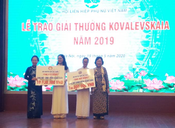 GS.TS Nguyễn Thị Doan (Chủ tịch Hội Khuyến học Việt Nam) và GS.TSKH Phạm Thị Trân Châu trao tặng học bổng cho 2 nữ sinh viên có thành tích học tập, rèn luyện xuất sắc.