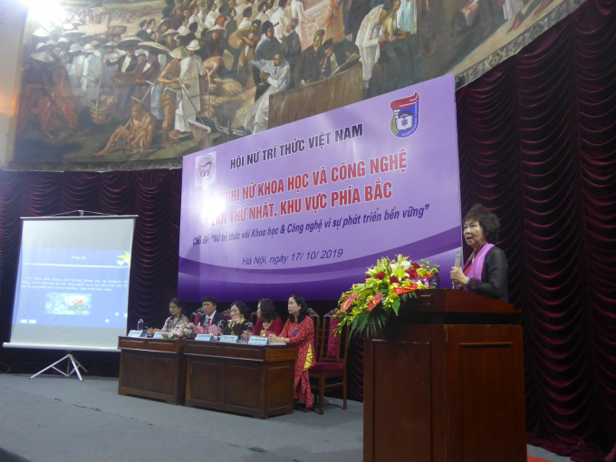 GS.TS Đặng Kim Chi, Chủ tịch Hội đồng Khoa học Hội Bảo vệ Thiên nhiên và Môi trường Việt Nam trình bày báo cáo về đề tài