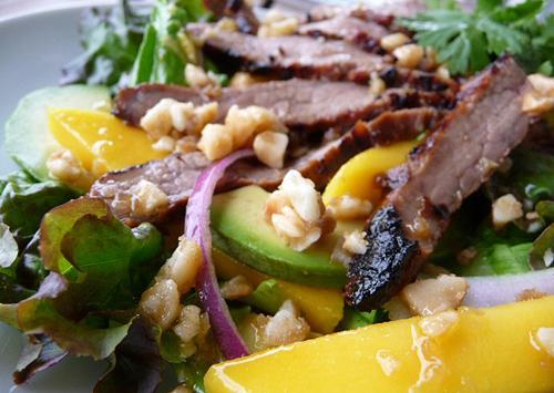 salad thịt bò nướng với xoài và bơ chua chua ngọt ngọt, giòn và béo ngậy. Nguồn: ngoisao.net