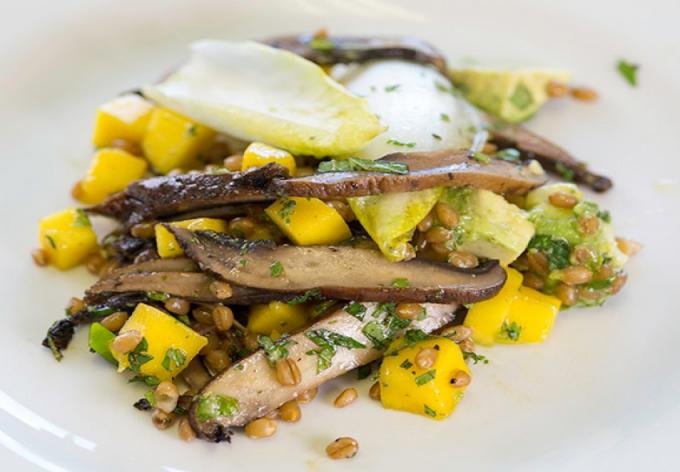 Salad xoài nấm ngọt giòn, rất giàu dinh dưỡng và phù hợp để bổ sung cho thực đơn chay. Nguồn: amthuc365.vn