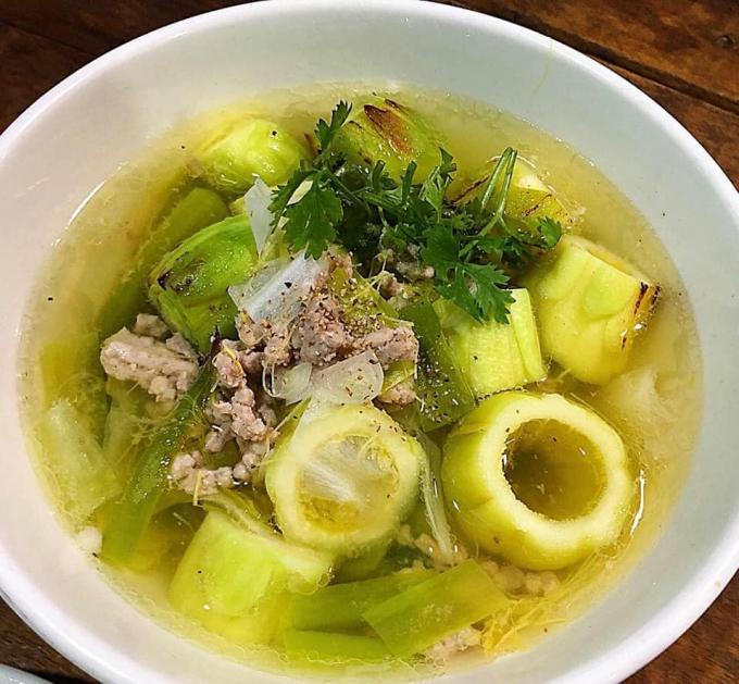 Hoa thanh long nấu thịt băm có vị ngọt mát, lại vừa sánh như soup