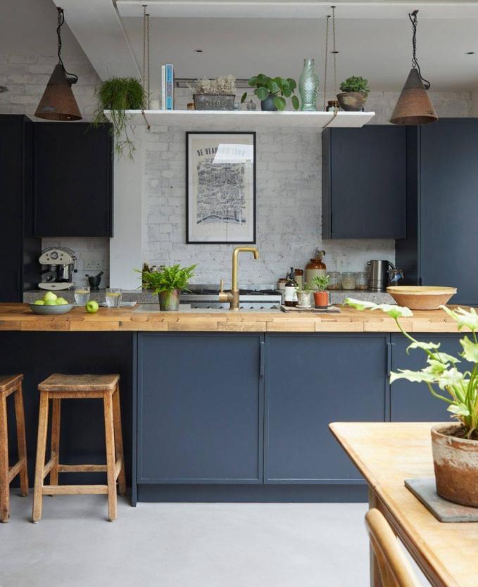 Sơn màu xanh navy lên khu vực bếp cùng với 1 vài món đồ trang trí màu kem - nâu sẽ khiến căn phòng trở nên bắt mắt hơn. Nguồn: thongtinduan.com