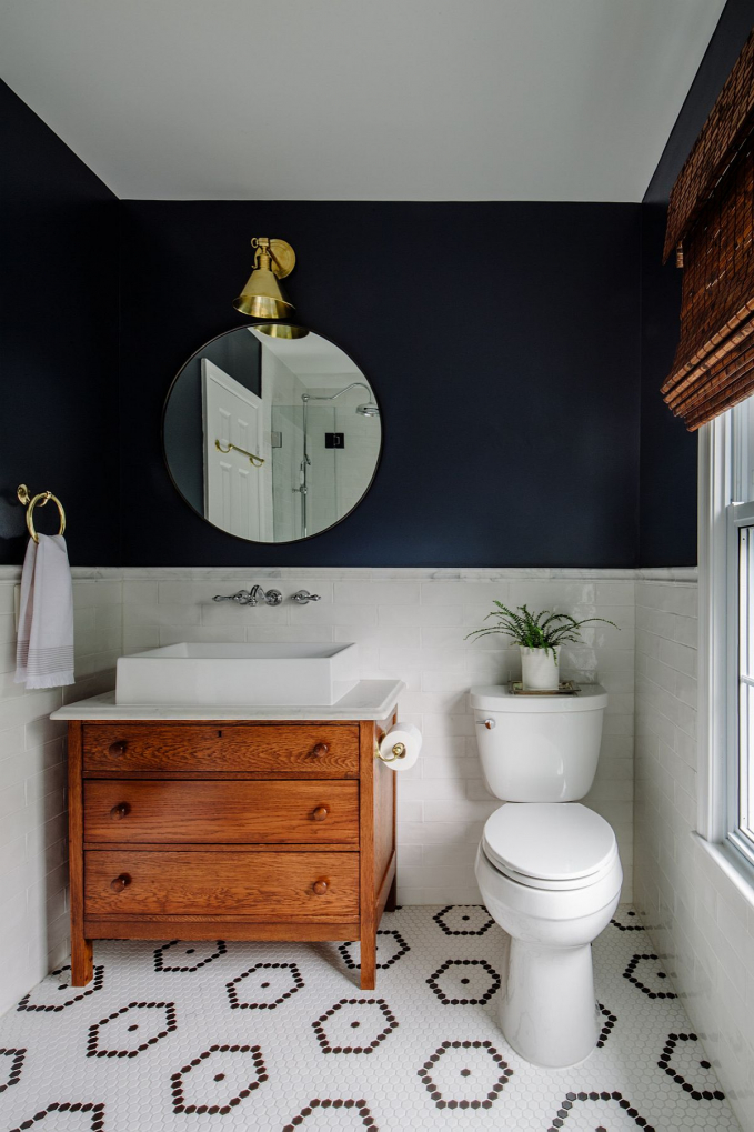 Sơn màu xanh Navy cho tường trong phòng tắm. Một cách làm đơn giản nhưng mang lại kết quả rất thú vị. Nguồn: afamily.vn