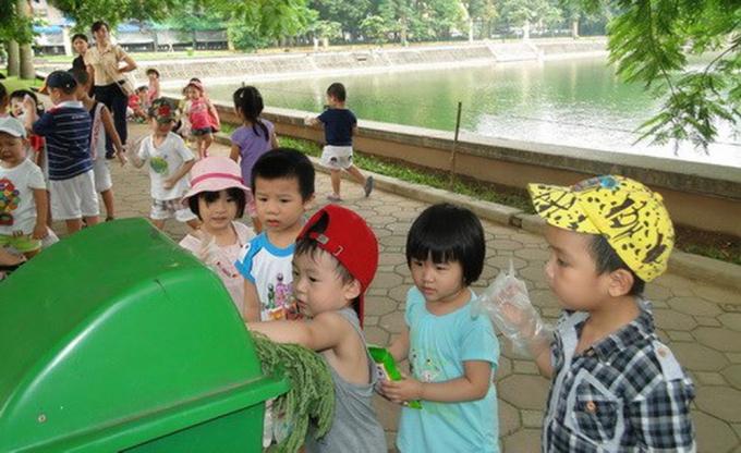 Dạy và khơi dậy tình yêu của trẻ với môi trường từ những việc nhỏ như bỏ rác vào thùng, phân loại rác... Nguồn:giaoducthoidai.vn