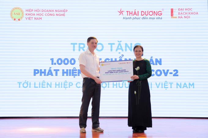 ông Nguyễn Hữu Thắng- TGĐ, sáng lập công ty Cổ phần Sao Thái Dương trao tặng tượng trưng 1000 test Covid 19 cho Hội Liên hiệp các tổ chức hữu nghị Việt Nam. Ảnh: Hòa Nguyễn.