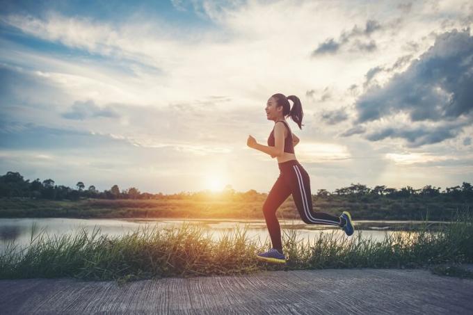 Thời gian tập luyện thể dục thể thao thích hợp nhất là lúc mặt trời gần mọc hay sắp lặn. Nguồn:baovegiadinhviet.com