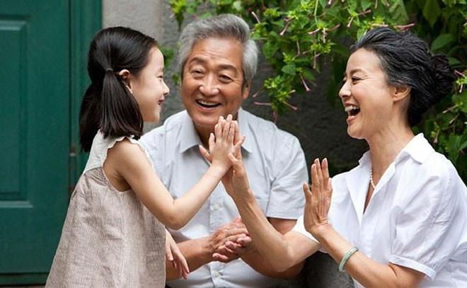 Người cao tuổi và trẻ em là những đối tượng rất dễ bị tổn thương khi thời tiết nắng nóng kéo dài, do đó cần đặc biệt chú ý khi chăm sóc những đối tượng trên. Nguồn: zing.vn