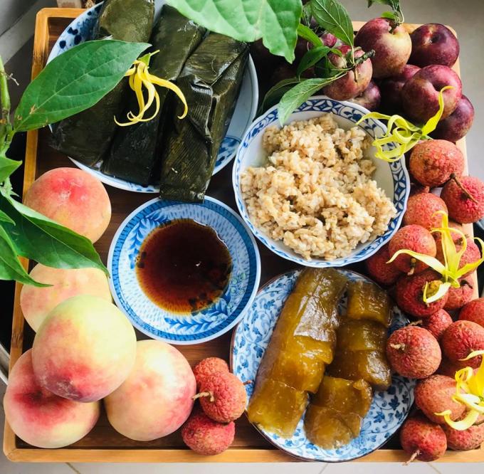 Mâm cúng ngày Tết Đoan Ngọ miền Bắc thường có bánh tro, rượu nếp, trái cây... Nguồn: Facebooker Da Huong Pham