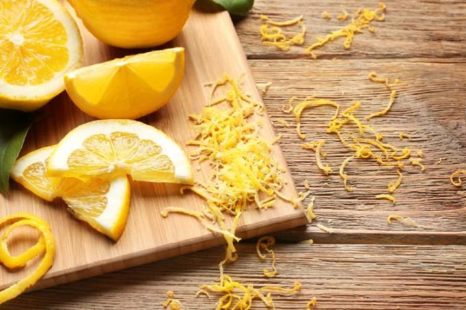 Vỏ chanh chứa nhiều chất xơ và vitamin C, cung cấp đến gần 9% giá trị dinh dưỡng mà bạn cần bổ sung mỗi ngày. Nguồn: hellobacsi.com