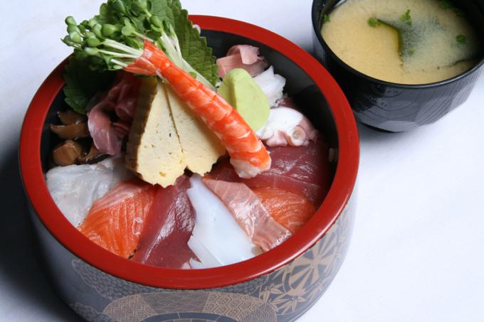 Cơm thố chirashi với màu sắc của các loại hải sản tươi trông vô cùng bắt mắt. Nguồn: sushibar-vn.com