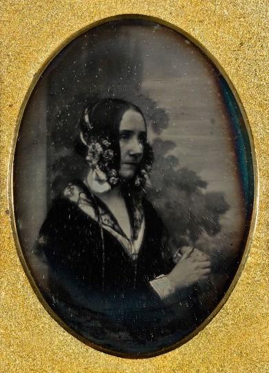 """Một trong hai bức ảnh củabà Ada Lovelace, được chụp bởi Antoine Claudet vào thời gianbàđã tạo ra """"Ghi chú"""" của mình về máy tính. Nguồn:elle.vn"""