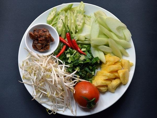 Một số nguyên liệu làm món canh chua cá bông lau sau khi sơ chế.