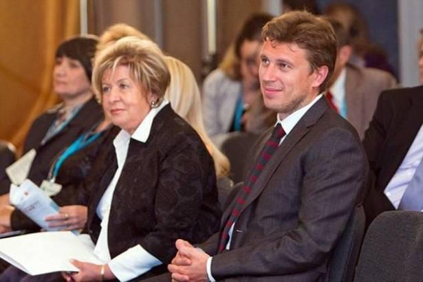 Bà Lyudmila đã đổi họ theo họ của một người đàn ông 37 tuổi tên là Artur Ocheretnyi, nắm giữ chức vụ Chủ tịch Trung Tâm Phát triển Truyền thông liên nhân cách. Tổ chức này cũng được bà Lyudmila bảo trợ lâu năm. Nguồn:addiyar.com