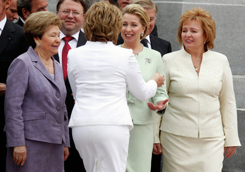 Bà Lyudmila (ngoài cùng bên phải) tại lễ nhậm chức của chồng tháng 5/2012. Ảnh:RIA Novosti