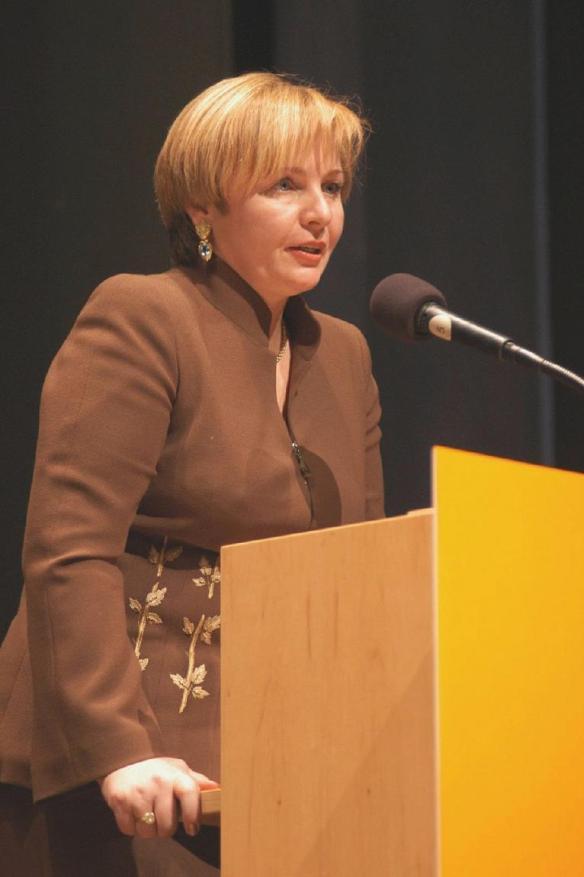 Bà Lyudmila Putina là người phụ trách một quỹ nhằm phát triển tiếng Nga và đưa ra các tuyên bố liên quan đến ngôn ngữ và giáo dục Nga. Nguồn:02varvara.wordpress.com