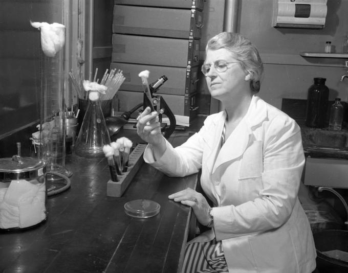 Bà Pearl Kendricklà một nhà vi khuẩn học của Bộ Y tế Michigan, người đã phát triển thành công vắc-xin đầu tiên cho bệnh ho gà vào những năm 1930 với Grace Eldering. Nguồn: history.com