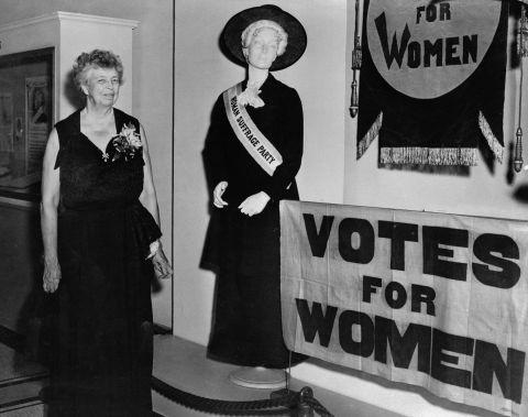 Cựu Đệ nhất phu nhân Eleanor Roosevelt đến thăm triển lãm Vote for Women tại Bảo tàng Lịch sử New York vào năm 1952. Nguồn: Getty Images